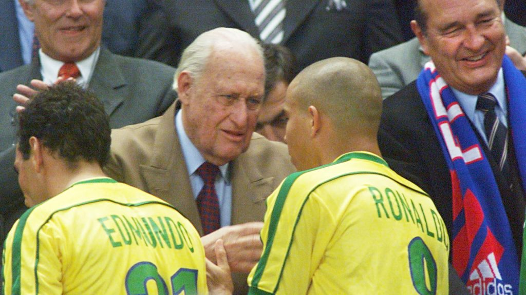 (FILES) This file photo taken on July 12, 1998 shows FIFA honour President Joao Havelange (C) congratulating Brazilian forward Ronaldo (2ndR) as French president Jacques Chirac (R) smiles at the Stade de France in Saint-Denis, near Paris, after France defeated Brazil 3-0 in the 1998 Football World Cup final match. Joao Havelange, Brazil's corruption-tainted former FIFA president who helped bring the Olympic Games to Rio, has died at the age of 100, a hospital spokeswoman told AFP on August 16, 2016. / AFP PHOTO / PEDRO UGARTE