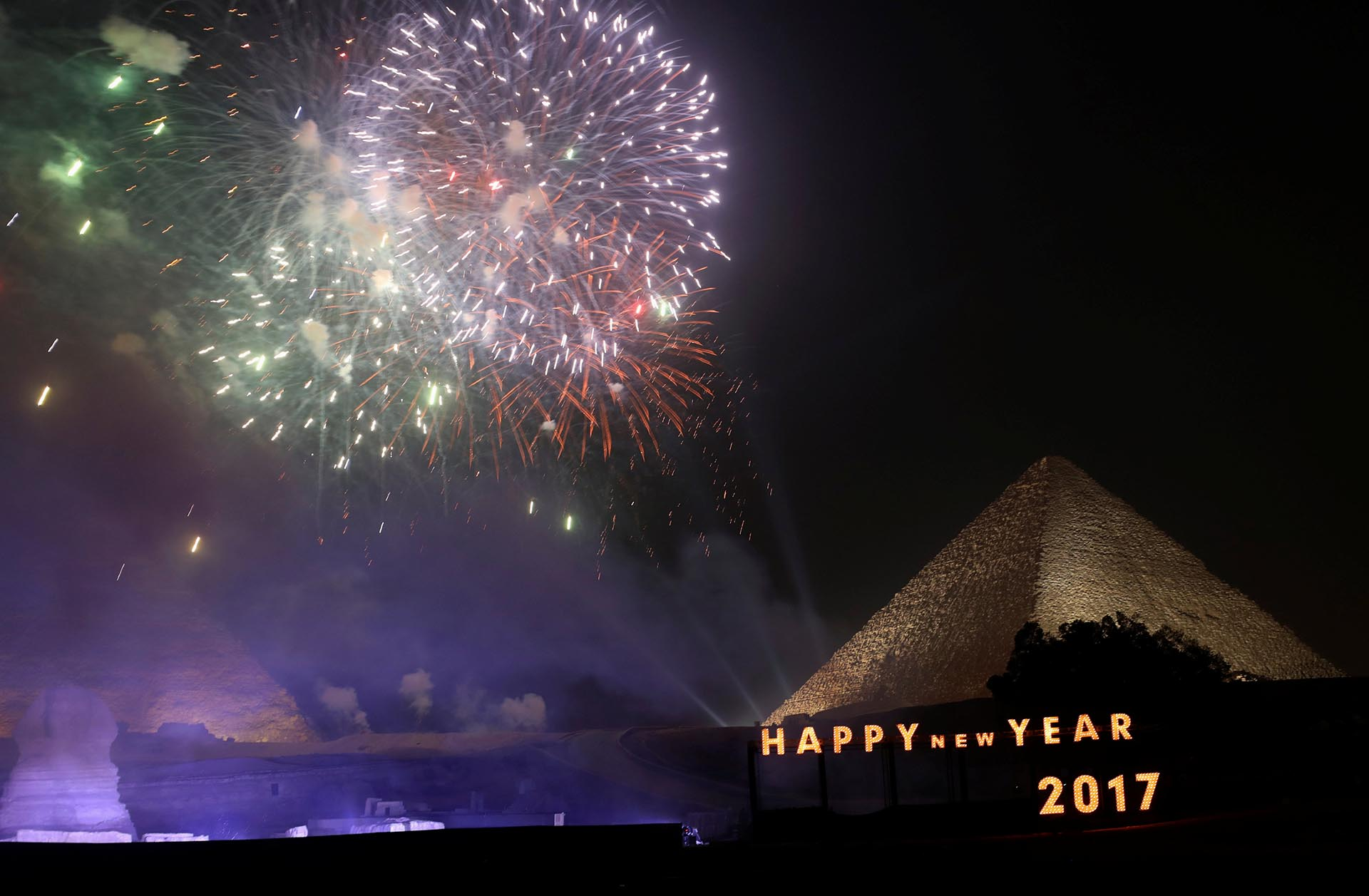 Fireworks explode above the pyramids during New Year's day celebrations on the outskirts of Cairo, Egypt, January 1, 2017. REUTERS/Mohamed Abd El Ghany
